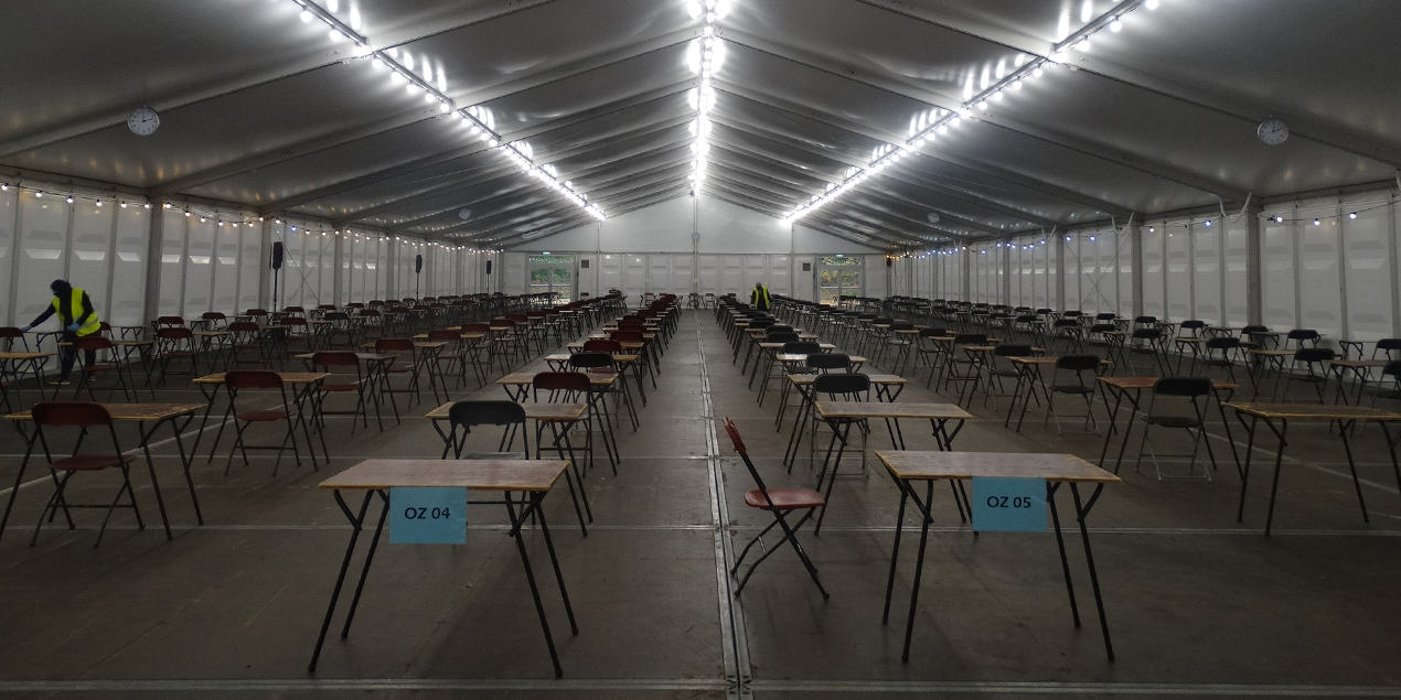 Tijdelijke examenhal in Tilburg